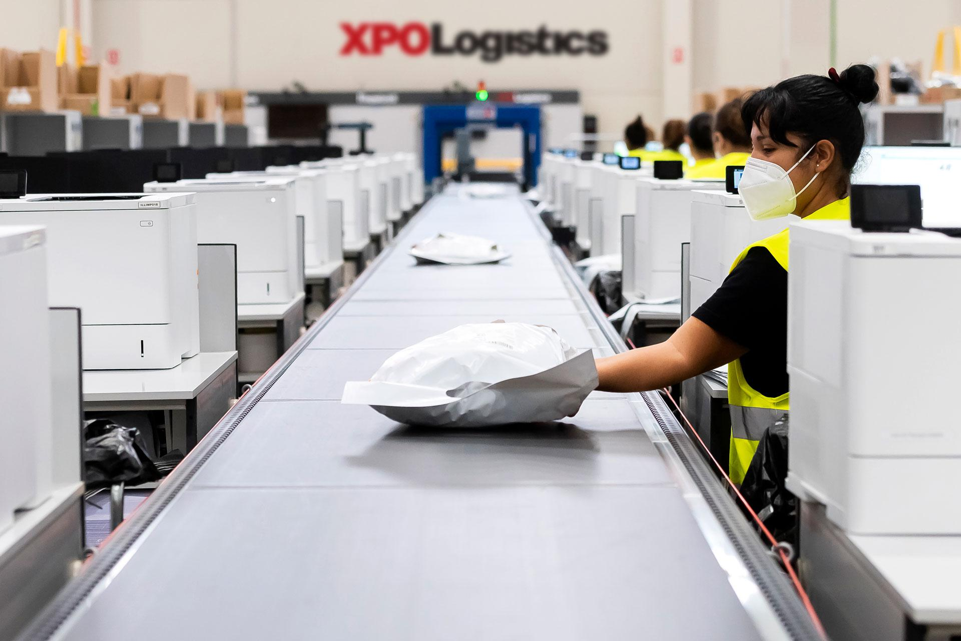 XPO employee at e-commerce distribution center